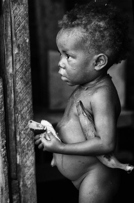 Port Au Prince, Haiti, Bambino con banana
